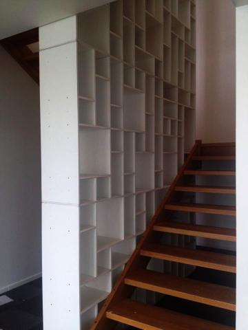 Reolmontage som trappegelænder